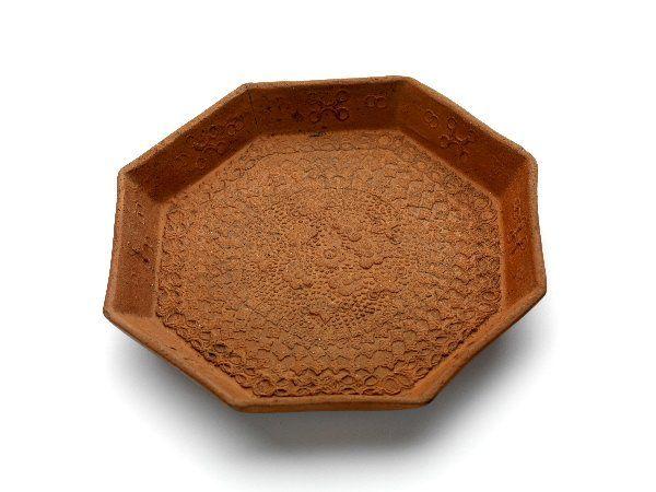 Pattipan, rood steengoed, achtkantig, bloemmotieven in reliëf - Milde, Ary de - Museum ArnhemMilde, Ary de (1634 – 1708)  Collectie:Toegepaste kunst  Materiaal:steengoed  Categorie:Eet-, drink- en keukengerei  Afmetingen:  hoogte (geheel):2.4 cm  breedte (geheel):15.8 cm  diepte (geheel):14.9 cm