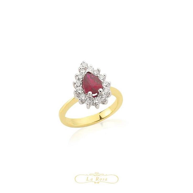 Inelul LRY266 cucereste prin combinatia rafinata de aur alb si galben, iar diamantele montate in jurul rubinului potenteaza frumusetea acestuia. Pretul inelului LRY266 din aur 18K, cu diamante si rubin este 3672 lei.   http://www.bijuteriilarosa.ro/bijuterii-cu-diamant/inele/inel-cu-diamant-lry266