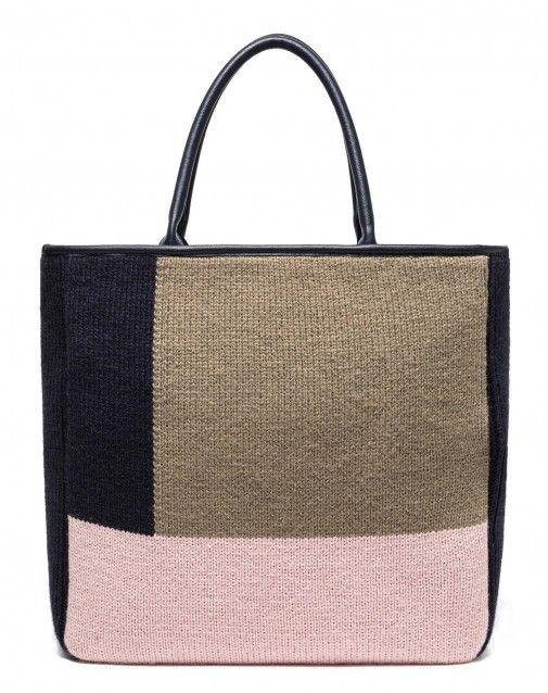 Borsa shopper rigida color block, rivestita in morbida maglia. Misure: 37*36*11.