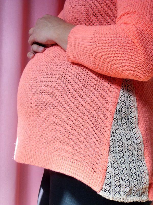 pull de grossesse customisé avec de la dentelle, par couture et turbulences.