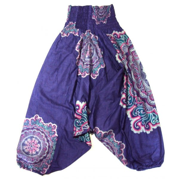 Pantalón afgano tres en uno. Hecho en la India, de color morado con dibujos de mandalas y cintura elasticada. Puede usarse como pantalón hippie afgano, como mono pirata o como vestido dándole la vuelta y utilizando las patas como mangas y la cintura como minifalda de manera que queda como un vestido muy sexy. Talla única.