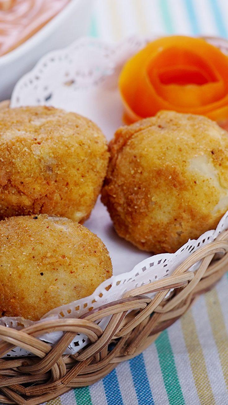 Bitterballen adalah makanan khas Belanda yang populer di Indonesia yang berbentuk serupa dengan kroket. Biasanya Bitterballen dibuat dari daging sapi, atau udang yang dicincang dan dibuat ragout. Lalu kemudian dibalut menggunakan tepung roti lalu digoreng dalam minyak panas dan disajikan dengan mostar.