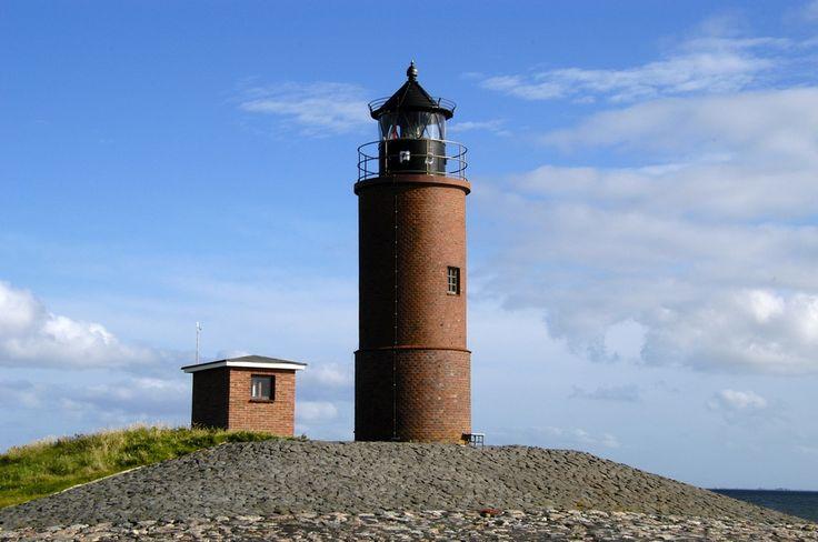 Langeneß, Leuchtfeuer Nordmarsch, rotbrauner Ziegelturm von 1902. Höhe 11 m. Quermarken- und Orientierungsfeuer. Breite: 54° 38' N Länge: 008° 32' E