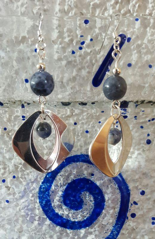 Sodaliet. Verzilverde oorhanger met Sodaliet kralen(8/6mm). Oorhaakjes van zilver.