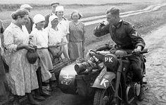 """MOTOCICLISTA TEDESCO DURANTE L'AVANZATA IN RUSSIA VIENE """"ABBEVERATO"""" DALLE DONNE DEL POSTO IN SELLA AL SUO SIDECAR"""