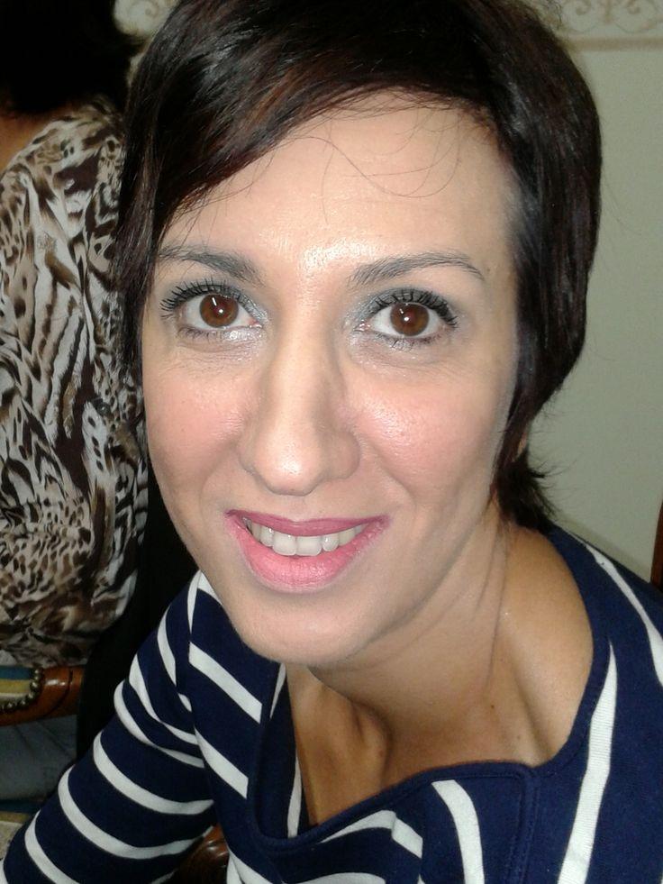 L'eyeliner scuro, nero o marrone, è indicato per gli occhi scuri. E'raccomandabile tracciare prima una linea con la matita nera e poi passarci sopra l'eyeliner, per evitare sbavature e prolungarne la durata.