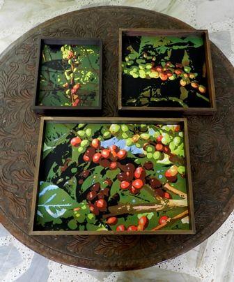 Serie: Café Hermosas bandejas con imágenes de  frutos del café. Madera pintada en colores diversos.
