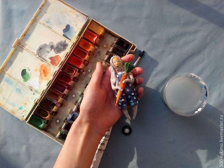 Купить или заказать Видео курс 'Ватные дети в костюмах зверей' в интернет-магазине на Ярмарке Мастеров. Наконец, мы сделали это!)) 7 уроков, пройдя которые вы сможете превратить рулон ваты в чудесные игрушки) Будем делать зайца с морковкой) На видео курсе вы узнаете: какие инструменты и материалы понадобятся научитесь работать с самозастывающей полимерной глиной и молдами, я покажу, как расписываю лица в технике 'смывка' Узнаете как работать с пропорциями человека, как скрутит...