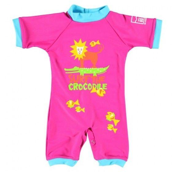 UV-badpak 'Surf the Croc' in de kleur Cherry van Sonpakkie. Dit UV zwempakje voor baby's van 0 tot 2 jaar biedt UPF60 UV-bescherming.
