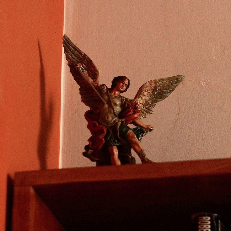 San Miguel Arcángel agazapado en la cima de un librero de la casa Santiago Apóstol en Lima Perú Y ves lo que quieres ver. Interpretas de acuerdo a tu historia Quise darle sentido a algo que de otra forma pudo pasar desapercibido. El valor divino de lo humano mi lucha eterna del bien contra el mal Unas alas de ángel a mi que quiero volar Ser libre y amar #instamood #instalike #instacool #instahub #instadaily #instafoto #instapic #photooftheday #picoftheday #foto #photographer…