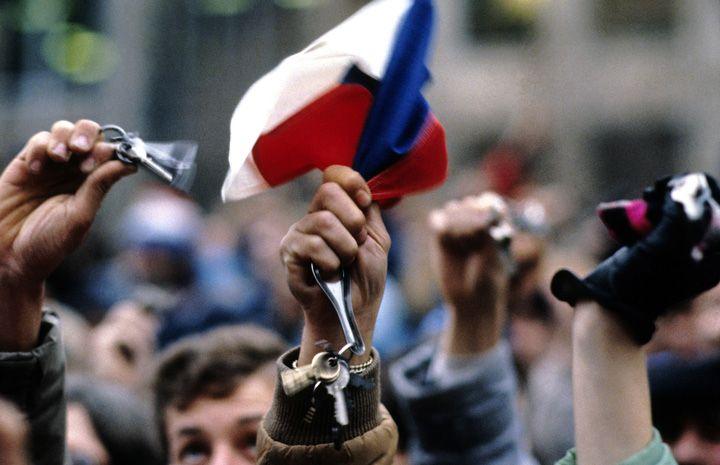 """Chris Niedenthal   """"Komu bije dzwon"""" - w wydaniu pół miliona ludzi na Placu Wacława w Pradze. Trzymali swoje klucze domowe, samochodowe...i wydzwonili dotychczasowy rząd komunistyczny"""
