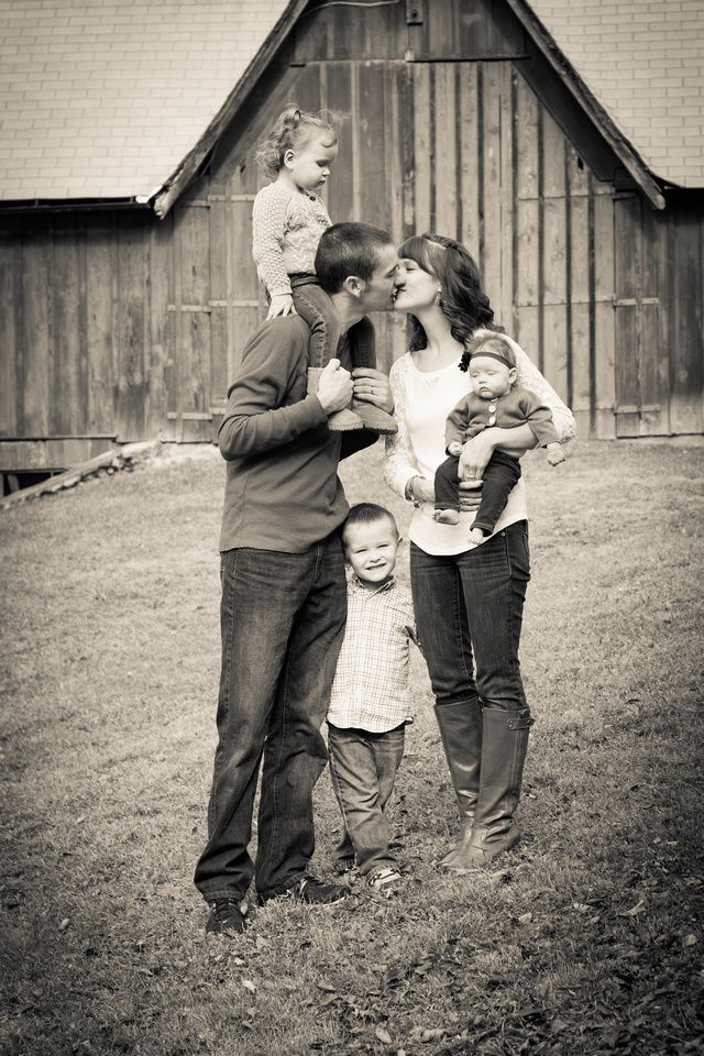 barn fall family picture ideas jennifer marks photography