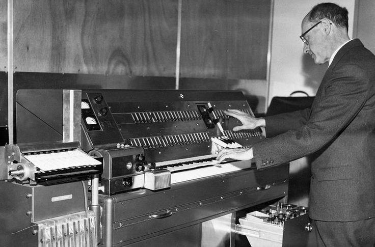 Compositeur israélien Josef Tal au Studio de Musique Électronique à Jérusalem (1965) avec le Magnétophone Multipiste d'Hugh Le Caine, un synthétiseur du son