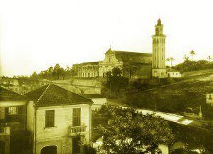 Igreja do Calvário ao fundo, no primeiro plano, casas na Rua João Moura - anos 1930 - Lucas Ramirez
