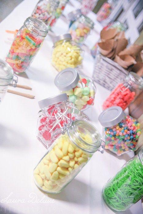 Bar à bonbons mariage multicolore / + sur withalovelikethat.fr