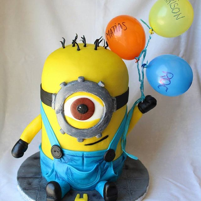 Good morning!! se me pasan las semanas volando! Esta tarta minion 3D piñata y yo os deseamos que tengais un gran dia!! #tarta #cake #tartafondant #fondantcakes #tarta3d #3Dcake #tartapiñata #piñatacake #minion #minion3dcake #tartasdelunallena #instacake #sugarcraft http://tartasdelunallena.blogspot.com.es/