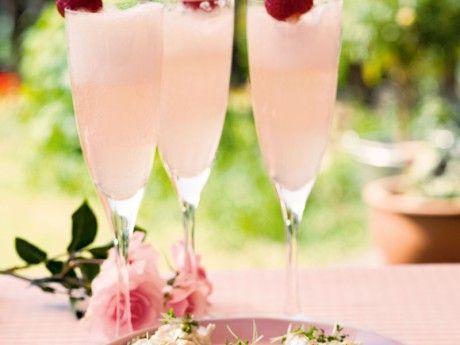 Somrig drink som dessutom är enkel att förbereda i god tid. I de vuxnas drinkar ersätts päroncider med mousserande vin.