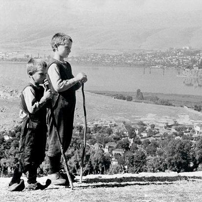 Μικροί βοσκοί, στο βάθος η πόλη και η λίμνη. Iωάννινα, 1930 Φωτ. Nelly's Αρχείο Μουσείου Μπενάκη