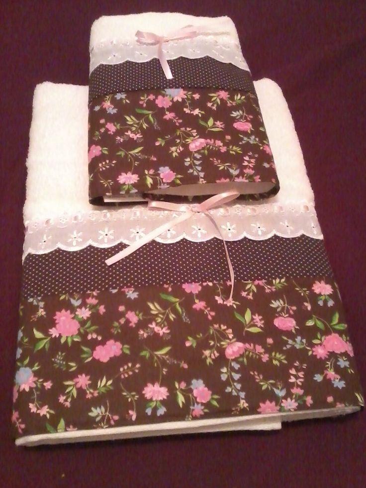 Toalhas Casa In (Karsten), jogo com 01 toalha de banho (70x140cm) e 01 de rosto (50x80cm). Aplicação em tecidos florido e di poá, bico de cambraia e fita de cetim.