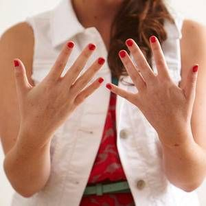 Learn the right, damage-proof way to remove shellac or gel nail polish between salon visits.