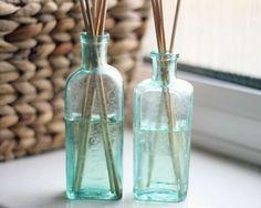 Diffuseur de parfum à l'huile d'amande douce  pour une maison qui sent toujours bon. Il vous faut : - Un récipient en verre propre (de préférence avec une ouverture étroite) - 60 ml d'huile d'amande douce - 30 gouttes d'huile(s) essentielle(s) de votre choix - Pics à brochette en bambou