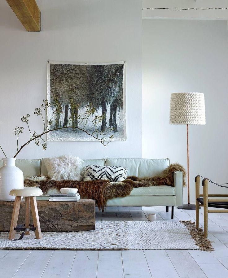 MATERIALEN • stylist @marianneluning: 'Hier geven zachte schapenvachten, stoer leer en pluizige viervoeters op de muur de woonkamer een warme, comfortabele sfeer'. Fotografie Tjitske van Leeuwen   Styling Marianne Luning