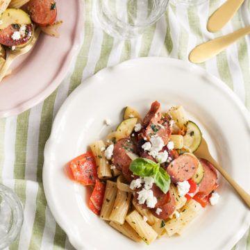 Sommarpasta med chorizo, grönsaker och fetaost