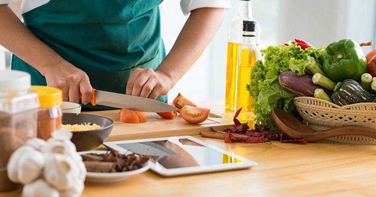 Aslında doğru bildiğiniz ama yemek yaparken besin değerini kaybettiğiniz tariflerin neler olduğunu sizler için sıraladık Yemekleri pişirirken yapılan bir takım hatalar, yemeğinizin besin değerlerin…