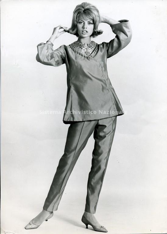 Pigiama Palazzo di Irene Galitzine in shantung di seta color arancio casacca con scollo a V ricamato e pantalone affusolato, 1962