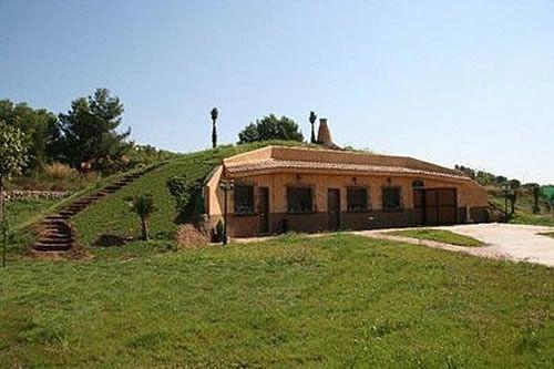 casa bajo tierra: esta diseñada para terrenos con montañas o leves elevaciones de la tierra básicamente para climas frios