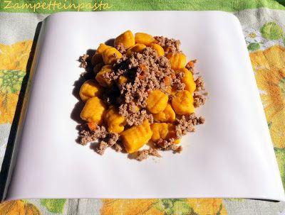 Gnocchi con zucca e patate - Gnocchi with pumpkin and potatoes http://zampetteinpasta.blogspot.it/2017/10/gnocchi-con-zucca-e-patate.html