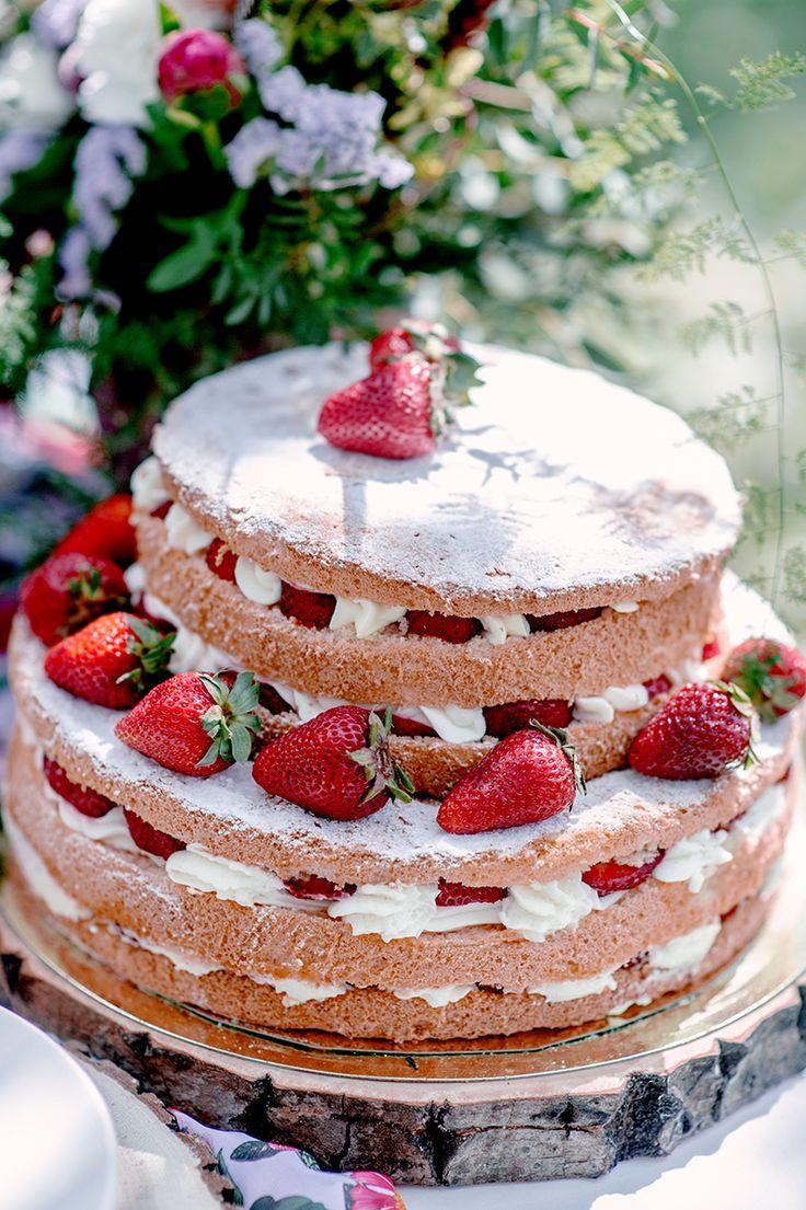 торт, клубника, свадебный торт, голый торт, торт из коржей, корж, белый, красный, оранжевый, зеленый, сладкий стол, торт на свадьбу, сливочный крем