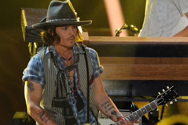 Tampoco podíamos olvidarle a él: Johnny Depp luce como nadie sombrero y pañuelos al cuello