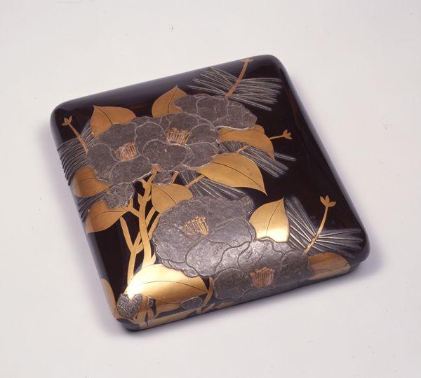 松山茶花蒔絵硯箱 尾形光琳 個人蔵 尾形深省の箱書をもつ光琳蒔絵(まきえ)の基準作として知られている。被蓋造で、蓋の甲を高く盛り上げた硯箱である。本作品は、身の左側に水滴・硯を収め、右に筆置をもうけて刀子入を刳っており、光悦蒔絵硯箱の形式を踏襲している。黒漆の蓋表に大きく鉛板で山茶花の花を表し、金平蒔絵・描割で葉と葉脈を表している。その背後に細い銀の板金を貼り付けて、松葉を表す。材料・技法ともに光琳蒔絵の特徴を示す硯箱である。益田家伝来。『光琳二百年忌記念光琳遺品展覧会出品目録』所載。