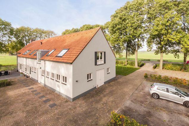 'Vluchtelingen' in luxe boerderij in Kampen twv 875.000 euro MET bioscoopzaal en sauna - Liefde voor Holland