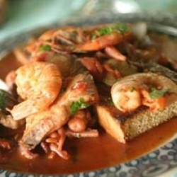 Il caciucco è un piatto delle zone costiere della toscana ed è probabilmente il più famoso dei piatti a base di pesce delle zone intorno a Livorno. Scopriamo insieme come prepararlo in casa come tradizione insegna.