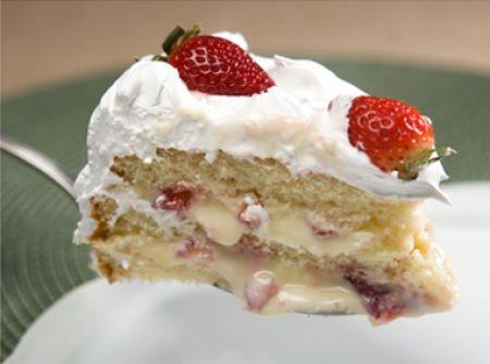 Receita de Bolo de Morango - bolo com licor amaretto. Recheie com o creme de morangos, montando o bolo. Cobertura Misture a geléia com a água em fogo lento. Deixe derreter...