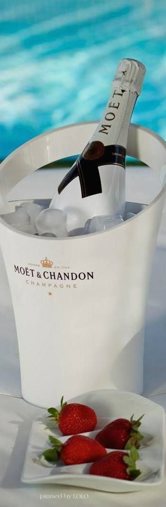 Moët & Chandon w Strawberries - Perfect For Any Date