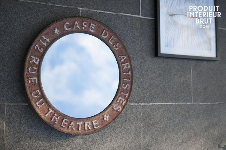 Specchio Rue du Théâtre. Un accessorio decorativo d'ispirazione industriale. Realizzato in metallo patinato con finiture invecchiate.