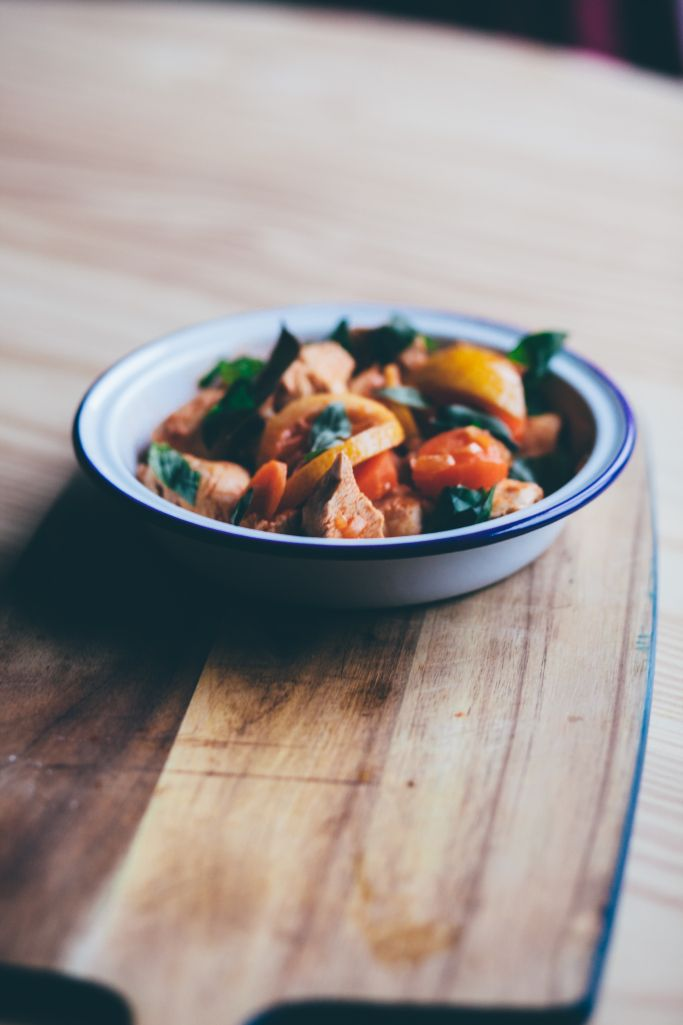 Colourful, easy Housewives Chicken recipe that you can make in one pot! From Smashed Avocado blog.