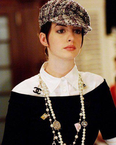 """2003 veröffentlichte die ehemalige Assistentin von Vogue-Chefin Anna Wintour mit """"Der Teufel trägt Prada"""" eine Abrechnung mit ihrer Ex-Chefin und dem Mode-Business. 2006 wurde der Roman von Lauren Weisberger verfilmt. Die Rolle der Fashionista wider Willen übernahm Anne Hathaway (Bild: defd)"""