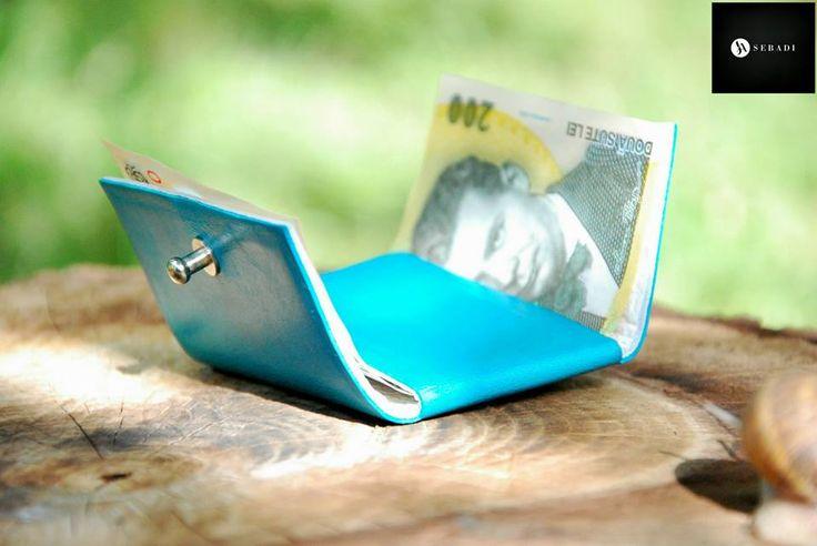 Portofel din piele naturala 2 -turcoaz -compact -captusit cu piele alba -accesorizat cu capsa si inchizatoare metalica argintie -dimensiuni l=5,5cm h=9,5cm g=1,5cm  PRET: 50 lei
