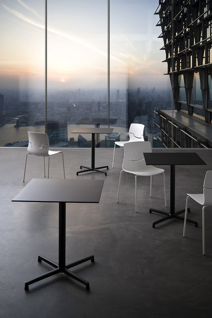 Sedie e tavoli lineari / Linear chairs and tables