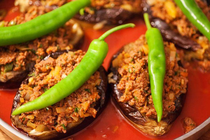 Auf jede gefüllte Aubergine wird eine türkische Paprika gelegt; karnıyarık.