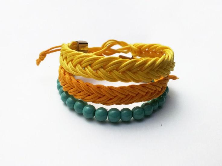 Conjunto Sunrise: pulseiras femininas em fio encerado laranja e amarelo e contas verde água. www.handsup.tanlup.com