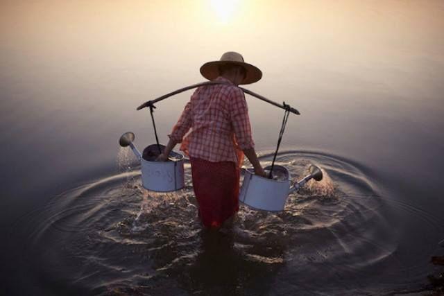 Όπως κάθε χρόνο το National Geographic επέλεξε τις καλύτερες φωτογραφίες για το 2013. Βραβείο Αριστείας: Κυρία στο Νερό – Marcelo Salvador. Μάθετε περισσότερα για την εταιρία μας στο www.kypriotis.gr - #kypriotis #kipriotis #plakakia #plakidia #anakainisi #athens #ellada #greece #hellas #banio #dapedo