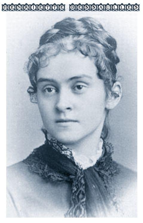 """Henriette Dessaulles est la première femme journaliste du Québec, qui, dès 1910, signe des lettres dans Le Devoir sous le pseudonyme de Fadette.   Elle collabore d'abord à La Patrie"""" (1904) où, sous le pseudonyne de Jean Deshaies, elle signe une chronique de graphologie, puis au """"Journal de Françoise"""", sous le nom de Danielle Aubry, au """"Canada"""", au """"Nationaliste"""" et à """"La Bonne Parole"""". En 1909, elle remporte le deuxième prix au concours littéraire organisé par Françoise (Robertine Barry)."""