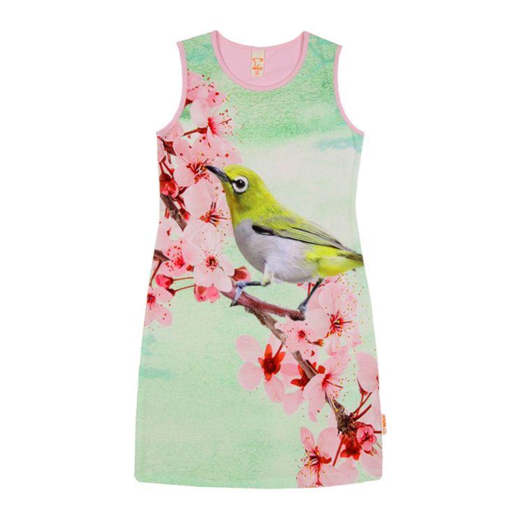 Meisjes zomer jurk YARA white eye van het kinderkleding merk Wild kidswear.  Licht roze zomer jurk zonder mouwen, met een ronde hals. Dit kleedje heeft aan de voorzijde een groen met roze print van een geel vogeltje op een tak met roze bloemen.