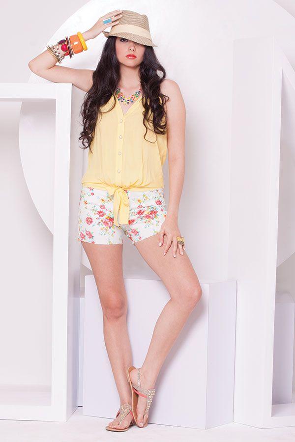 Short de flores y blusa tiritas amarilla amarrada en frente. ZOCCA'S NEW COLLECTION !!! Encuentranos en nuestra tienda en linea . Ingresa a www.zocca.com.co . #clothing #fashion #eshop #tiendaenlinea #shortflores #blusatiritas #blusaamarilla #hairstyle