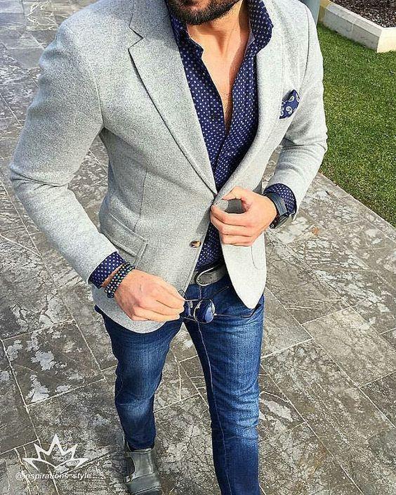 Acheter la tenue sur Lookastic: https://lookastic.fr/mode-homme/tenues/blazer-chemise-a-manches-longues-jean/20930   — Chemise à manches longues á pois bleue marine  — Pochette de costume imprimé cachemire bleu marine  — Blazer en tricot gris  — Bracelet orné de perles noir  — Jean bleu marine  — Double monks en cuir gris